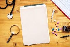 Arbeitsschreibtisch des Allgemeinmediziners, doctor& x27; s-Arbeitsplatz, Spitze stockfotos