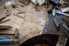 Arbeitsschreibtisch für die Handwerksschmuckherstellung stockbilder