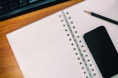 Arbeitsschreibtisch mit dem Schreiben, zum der Liste zu tun Lizenzfreie Stockfotos
