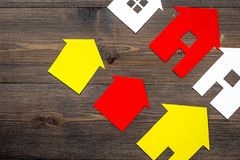 Arbeitsschreibtisch mit Papierzahlen für den Verkauf Draufsichtraumes des Hintergrundes des Hauses des gesetzten hölzernen für Te Lizenzfreies Stockbild