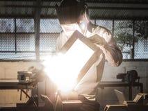 Arbeitsschweißer in der Aktion mit hellen Funken lizenzfreies stockfoto
