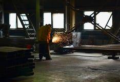 Arbeitsschweißer schweißt die Teile lizenzfreie stockfotografie