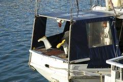 Arbeitsstiefel Fishermans auf Boot Stockbild