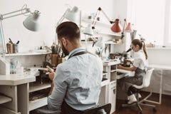 Arbeitstag in der Werkstatt Juwelierteam arbeiten am Schmuck zusammen, der Werkstatt macht stockbilder