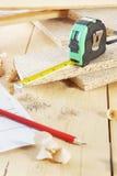 Arbeitswerkzeuge auf dem hölzernen Werktisch Lizenzfreie Stockfotos