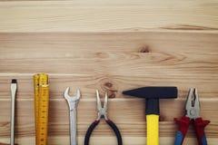Arbeitswerkzeuge auf Holz stockbild
