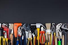 Arbeitswerkzeuge auf schwarzem Hintergrund Lizenzfreies Stockfoto