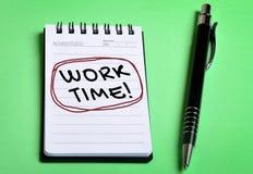 Arbeitszeitwort auf Notizbuch Lizenzfreies Stockfoto