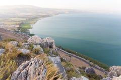 Arbel bergklippor ovanför det Galilee havet Arkivfoton