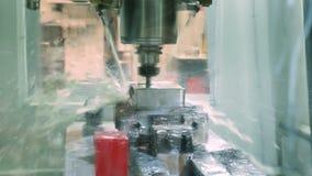 Arbeta av en automat för att mala stål arkivfilmer