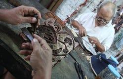 Arbeta av tradisionalbatikstämpeln Royaltyfria Foton