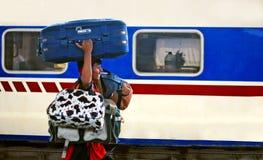Arbeta bära så många påsar på den Karachi Cantt stationen Royaltyfri Bild
