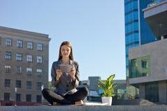 Arbeta för affärskvinna som är utomhus- Arkivfoto