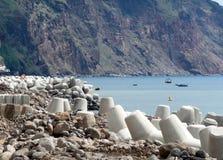 Arbeta för att förstärka shorelinen av havet på ön av madeiran Arkivbilder