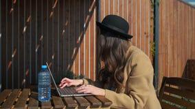 Arbeta för Blogger som är utomhus- på en bärbar dator arkivfilmer