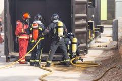 Arbeta för brandmän royaltyfria bilder