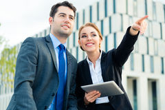 Arbeta för Businesspeople som är utomhus- Arkivfoto