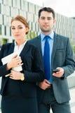 Arbeta för Businesspeople som är utomhus- Arkivfoton