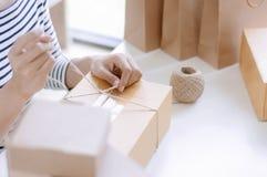 Arbeta för manuell arbetare/som förpackar med askar i lager royaltyfri fotografi