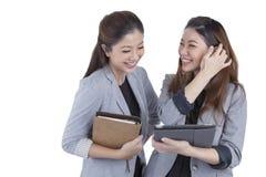 Arbeta för två härligt affärskvinnor Arkivfoton