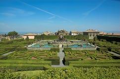 arbeta i trädgården den italienska lantevillan Arkivfoton