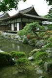 arbeta i trädgården den japanska ligganden Arkivfoto
