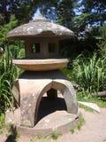 arbeta i trädgården den japanska lyktan Arkivfoto
