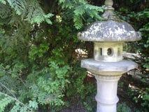 arbeta i trädgården den japanska lyktan Royaltyfria Foton