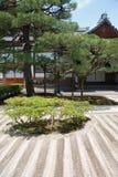 arbeta i trädgården det ginkakujijapan tempelet Arkivfoton