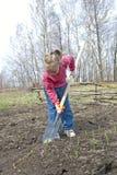 Arbeta i trädgården för flicka Arkivfoto