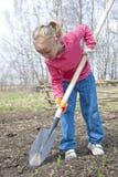 Arbeta i trädgården för flicka Royaltyfri Foto