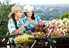 Arbeta i trädgården för kvinna för två barn Royaltyfri Bild