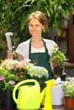 Arbeta i trädgården för ung kvinna Royaltyfria Foton