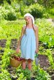 Arbeta i trädgården flickan Royaltyfri Foto