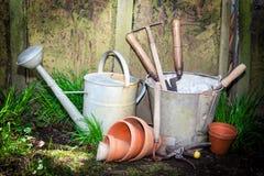 arbeta i trädgården gammala hjälpmedel Arkivbilder