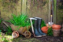 arbeta i trädgården gammala hjälpmedel Arkivbild
