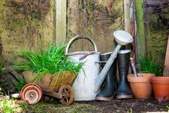 arbeta i trädgården gammala hjälpmedel Royaltyfri Fotografi