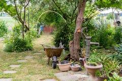 Arbeta i trädgården - härlig bostads- trädgårdträdgård i vilagen, Arkivbilder