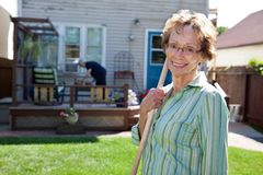 arbeta i trädgården hög hjälpmedelkvinna för holding Royaltyfri Fotografi