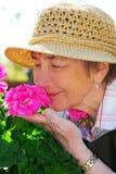 arbeta i trädgården hög kvinna Royaltyfri Foto