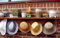 Arbeta i trädgården hattar på drivhusväggen Arkivbild