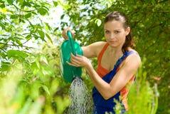 arbeta i trädgården henne kvinnaarbete arkivfoto