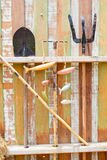 Arbeta i trädgården hjälpmedel som hänger på träväggen Royaltyfri Fotografi