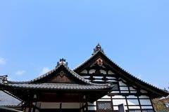 Arbeta i trädgården i den Kinkakuji templet eller den guld- Pavillionen i Kyoto royaltyfri foto