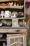Arbeta i trädgården, kökhjälpmedel och blomkrukor på den wood hyllan Arkivfoton