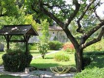 Arbeta i trädgården med ett antikt trä väl på sjön Garda i Italien Royaltyfri Fotografi