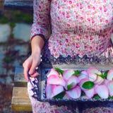 Arbeta i trädgården med rosor Arkivbilder