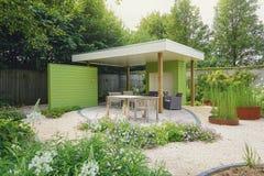 Arbeta i trädgården med terrassen och överhäng som dekoreras med moderiktig trädgård f Royaltyfria Bilder