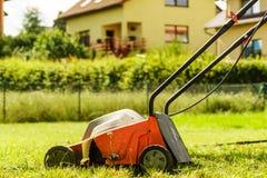 Arbeta i trädgården Meja gräsmatta med gräsklipparen Arkivfoto