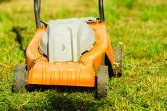 Arbeta i trädgården Meja gräsmatta med gräsklipparen Royaltyfri Bild